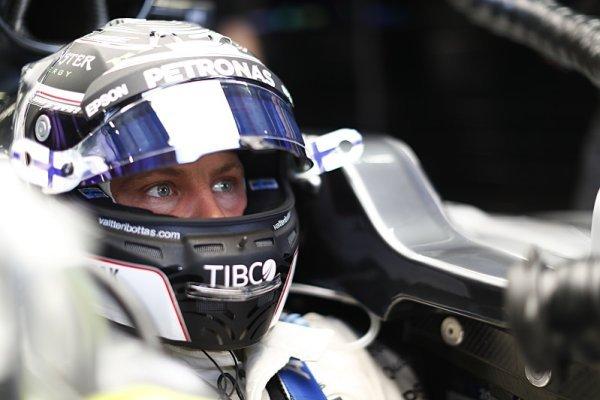 Bottas vyhrál, Hamilton v úvodu boural