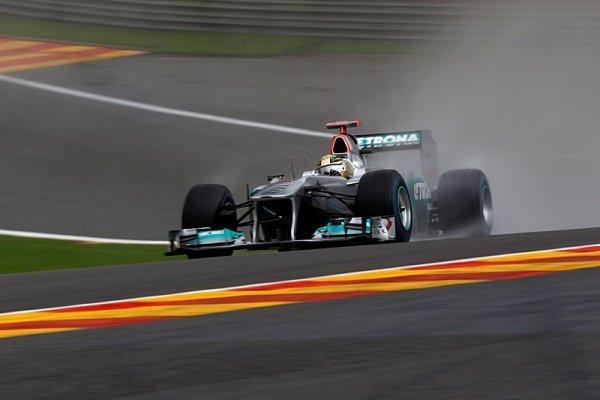První trénink ovládli Schumacher s Rosbergem a déšť