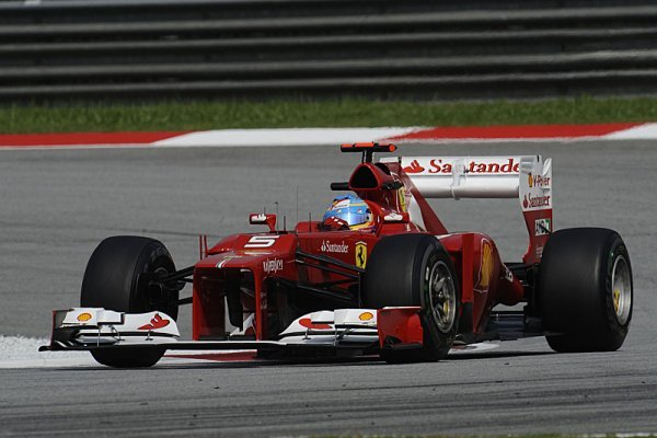 V deštěm přerušeném závodě překvapil vítězstvím Alonso!