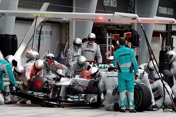 Mercedes pokutován za chybu v boxech