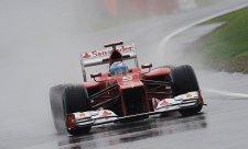 Deštěm přerušenou kvalifikaci vyhrál Alonso!