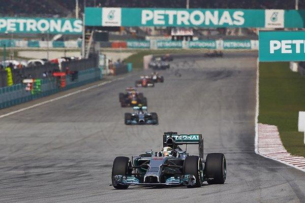 Mercedes kamufloval svůj náskok