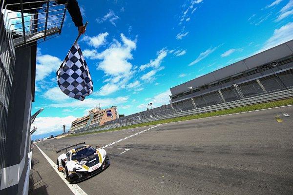 Parente a vedoucí Bell dnes triumfují na Nürburgringu