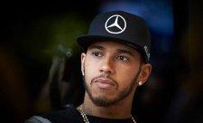 Hamilton z havárie viní nový obrubník