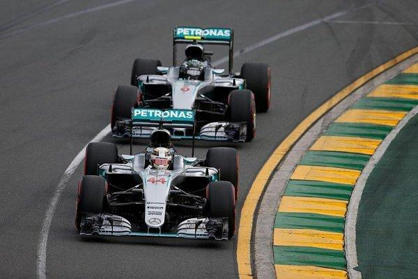 Hamilton a Rosberg mohou závodit