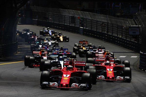 Hamilton: Ferrari upřednostňuje Vettela