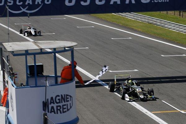 Nováček Norris už podruhé vyhrál ve F3