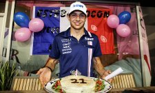 Esteban Ocon oslavil 21. narozeniny dortem a bodem