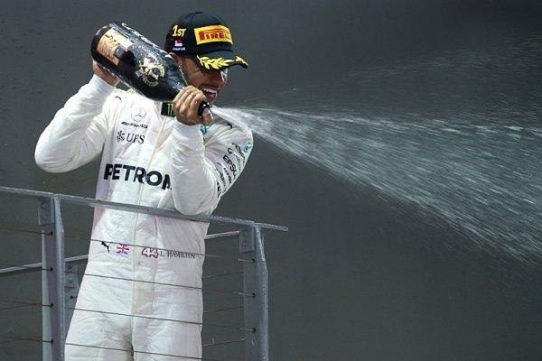 Hamilton posílá Vettelova fanouška k očnímu