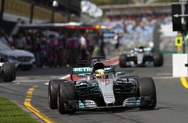 První startovní řadu si dělí Mercedes a Ferrari!