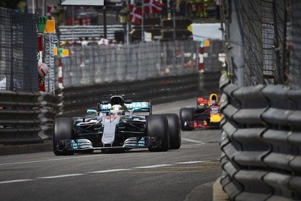 Mercedes se vydal špatným směrem