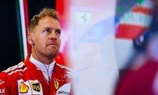 Hamilton si stěžoval na Vettelovu jízdu mimo trať