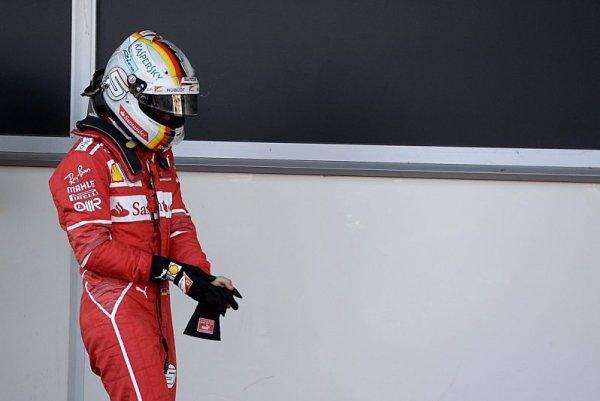 Vettel nehází flintu do žita