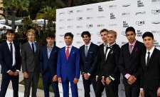 Hvězdy F1 předváděly obleky na přehlídkovém molu