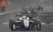V Pau spláchl závody déšť