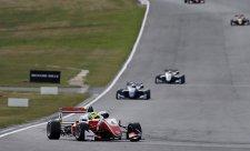 Neporazitelný Schumacher už dýchá Ticktumovi na záda