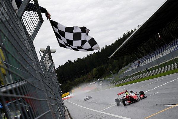 Neporazitelný Schumacher už vede šampionát