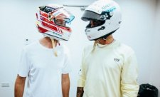 Vettel a Hamilton si vyměnili přilby