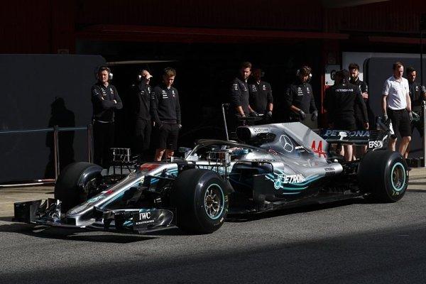 Mercedes otestoval světla na zadním křídle