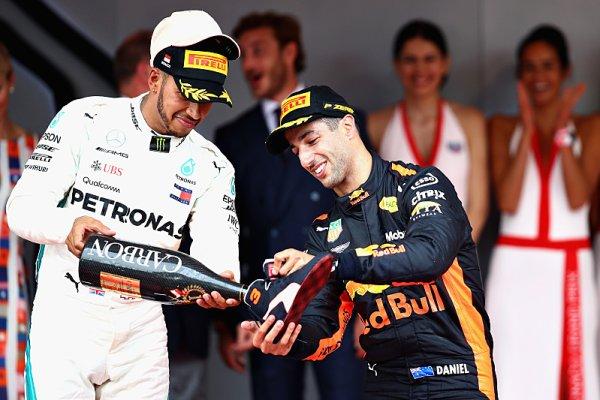 Hamilton: Ricciardo by měl vydělávat balík