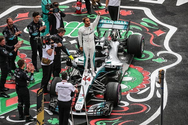 Hamilton vyrovnal Fangia a míří za Schumacherem