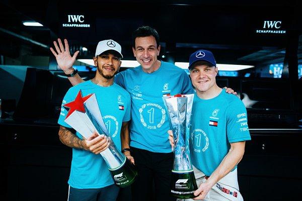Hamilton hodně riskoval, aby závod vyhrál