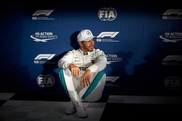 Hamilton obviňuje limitovaný počet motorů