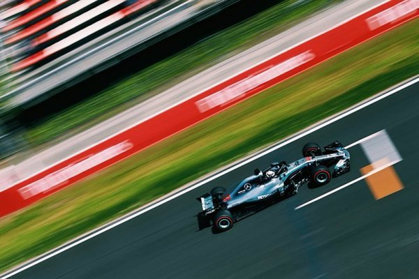 První řada patří Mercedesu!