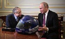 Putin dostal přilbu se Schumacherovým podpisem