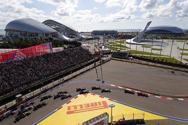 Ferrari darovalo triumf rivalům z Mercedesu