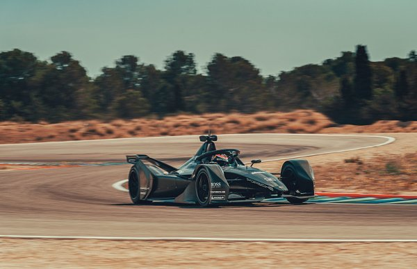 Monopost Porsche už krouží po okruhu