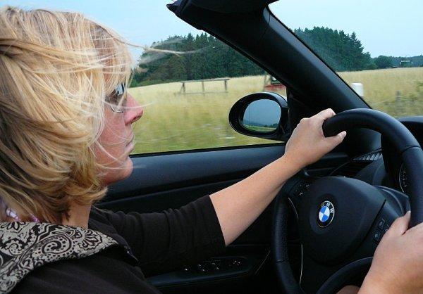 Ženy přecházejí časem od silnějších ke slabším vozům