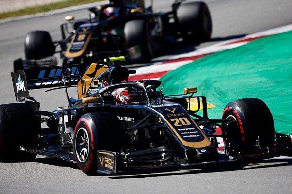 Grosjean a Magnussen šli po závodě na kobereček