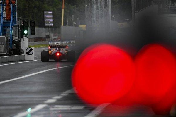 Třikrát přerušený deštivý trénink opanoval Leclerc