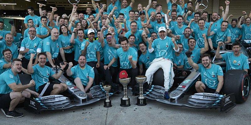 Mercedes má jako první šest titulů za sebou