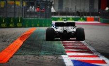 Mercedes je na rovinkách krutě bit