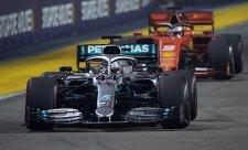 Hamilton vyrovnal Schumachera v počtu závodů v čele
