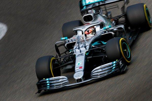 Tisící závod oslavil poklidným sólem Mercedes