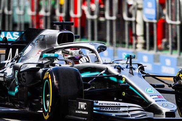 Mercedes jen o nos před Ferrari