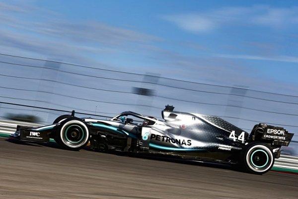 Mercedes odpoledne zrychlil