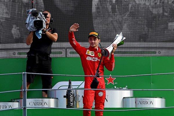 Verstappenova lekce pomohla Leclerkovi vyhrát