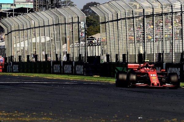 Vettel vyhnal Leclerka na trávu