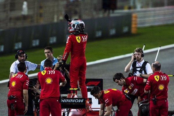 Smí Leclerc zůstat před Vettelem?