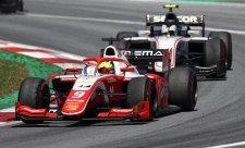 Schumacher ve sprintu postoupil o čtrnáct míst