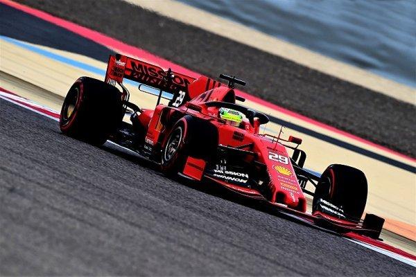 Proč Ferrari nebude testovat nové pneumatiky a Renault ano?