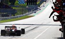 V čem byl Verstappenův manévr jiný než Rosbergův?