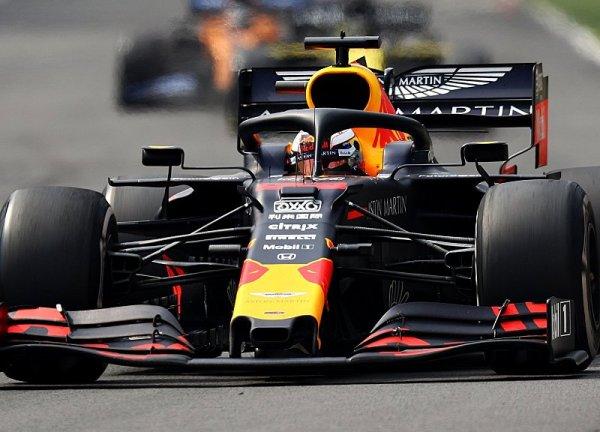 Red Bull se zlobí na Hamiltona