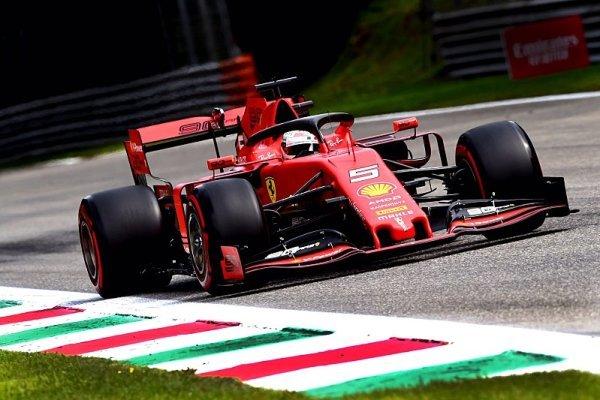 Opožděný začátek využilo Ferrari, nejrychlejší Vettel