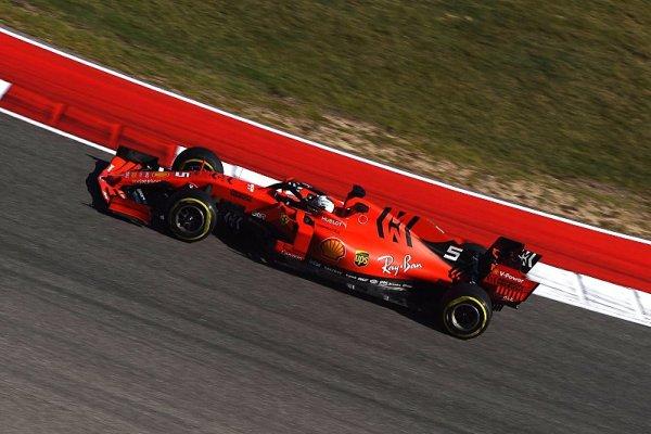 Vettel v Austinu vypadl kvůli hrbolatému asfaltu