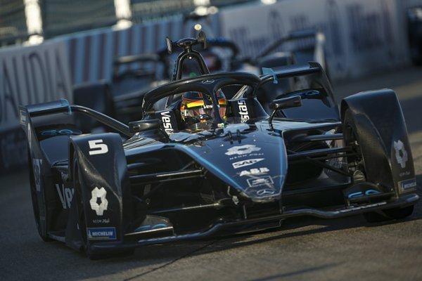 Mercedes přestěhuje stáj formule E do Brackley